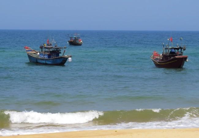 Nước biển ở thôn Khối, xã Nhân Trạch không còn màu đỏ (ảnh chụp chiều 5-5) - Ảnh: L.Giang