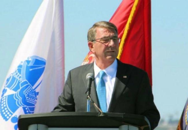 Ngày 29/9/2016, Bộ trưởng Quốc phòng Mỹ Ashton B. Carter phát biểu trên tàu sân bay USS Carl Vinson. Ảnh: Kyodo