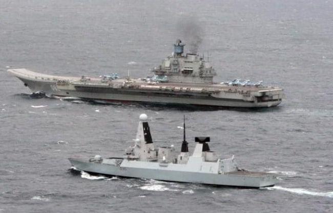 Tàu khu trục tên lửa HMS Dragon Hải quân hoàng gia Anh giám sát tàu sân bay Kuznetsov Nga đi qua eo biển Măng Sơ. Ảnh: The Telegraph.