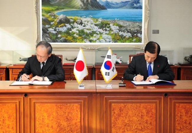 Ngày 23/11/2016, Đại sứ Nhật Bản tại Hàn Quốc Yasumasa Nagamine và Bộ trưởng Quốc phòng Hàn Quốc Han Min-koo ký kết Hiệp định chia sẻ tin tức tình báo quân sự. Ảnh: Yonhap News Agency