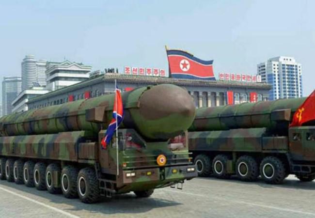 Xe phóng tên lửa của Triều Tiên trong lễ diễu binh ngày 15/4/2017. Ảnh: Kyodo