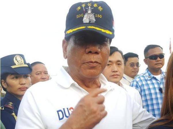 Ngày 1/5/2017, Tổng thống Philippines Rodrigo Duterte lên thăm tàu chiến hải quân Trung Quốc. Ảnh: Sina