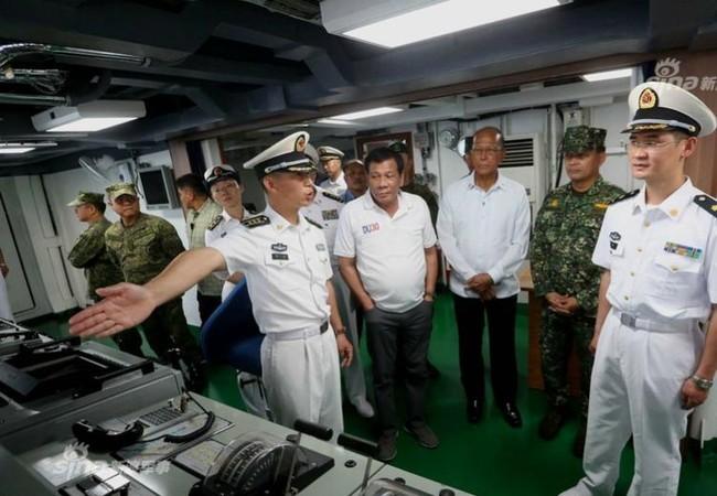 Tổng thống Philippines Rodrigo Duterte tham quan tàu chiến Trung Quốc. Ảnh: Sina