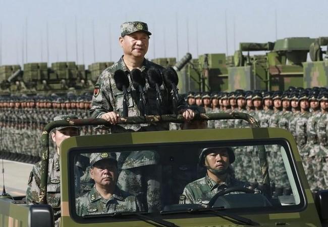 Chủ tịch Trung Quốc Tập Cận Bình mặc quân phục dã chiến tham dự duyệt binh quy mô lớn kỷ niệm tròn 90 năm thành lập quân đội Trung Quốc ngày 30/7/2017. Ảnh: UDN.