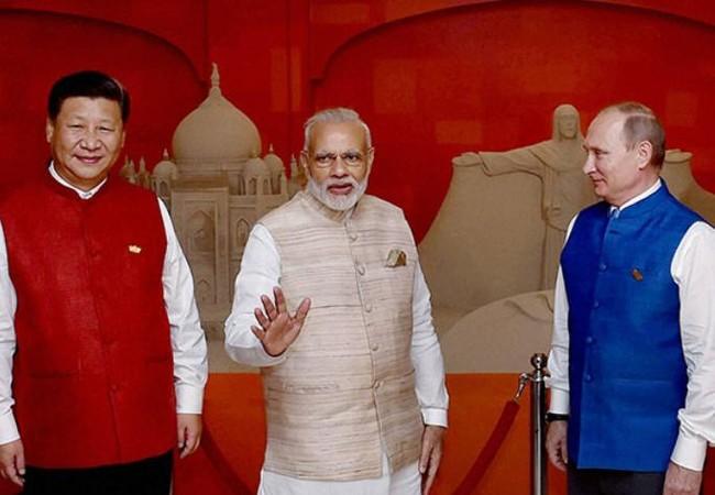 Nga có thể đứng ra đóng vai trò hòa giải trong đối đầu biên giới Trung - Ấn. Trong hình là Chủ tịch Trung Quốc Tập Cận Bình, Thủ tướng Ấn Độ Narendra Modi và Tổng thống Nga Vladimir Putin. Ảnh: Business Standard.