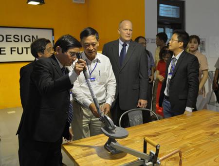 Các đại biểu tham quan thiết bị trong không gian sáng chế. Ảnh: VGP/Lưu Hương