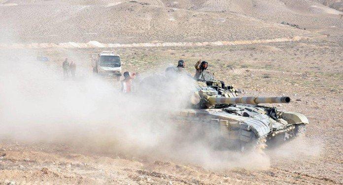 Xe tăng quân đội Syria tiến công trên chiến trường sa mạc phía đông tỉnh Homs
