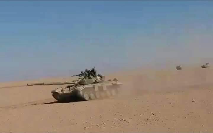 Xe tăng quân đội Syria tiến công trên vùng sa mạc tỉnh Homs - Ảnh South Front