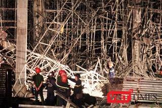 Vụ tai nạn khiến khoảng 6 công nhân được đưa ra ngoài và chuyển đi cấp cứu. Lực lượng chức năng nhanh chóng phong tỏa hiện trường vụ tai nạn.