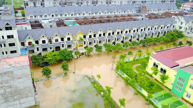 Một trường mầm non trong khu đô thị bị cô lập trong biển nước