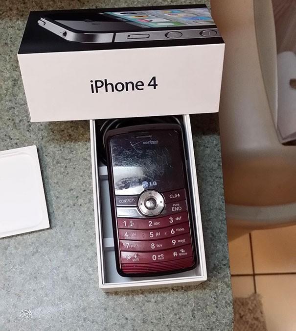 Cô con gái làm mất chiếc điện thoại Iphone của mình trên quán bar, sau khi đòi mẹ mua lại máy mới, đây là những gì mà cô nhận được.