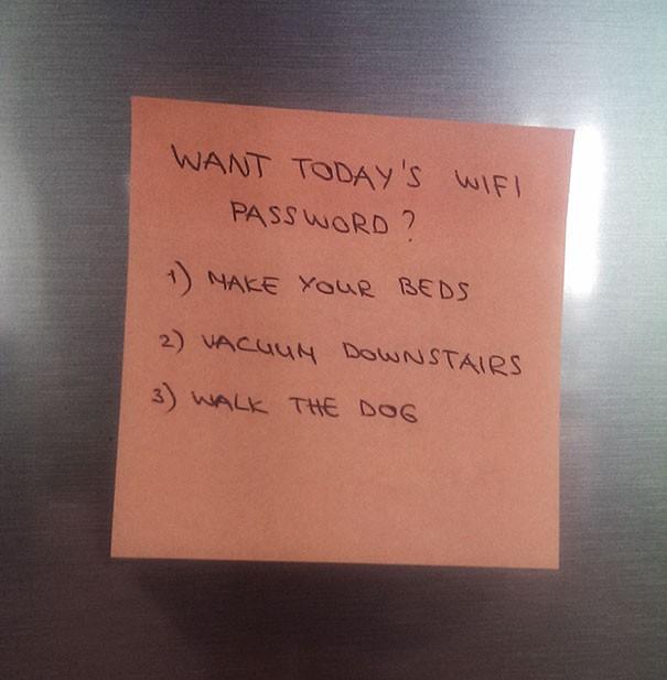 Đề có được mật khẩu wifi, cậu con trai lười biếng phải thực hiện hết các nhiệm vụ mà người mẹ đề ra gồm: dọn giường, hút bụi cầu thang và dắt chó đi dạo.