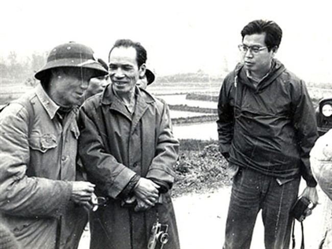 Takano (đeo kính) trên đường tác nghiệp.