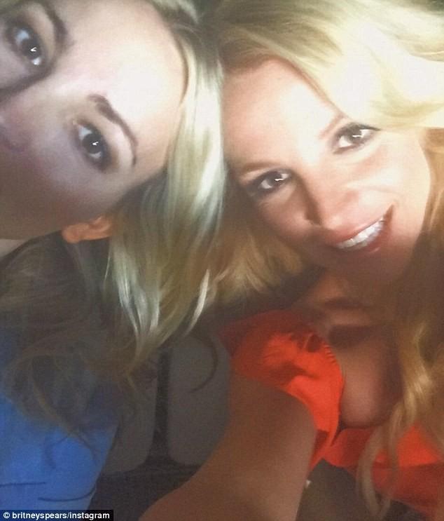 Video: Britney Spears mặc bikini vàng nhảy múa gợi cảm - ảnh 3