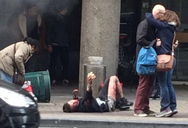 Khủng bố ở Bỉ: Chìm trong hoảng loạn và khói bụi dày đặc - ảnh 11