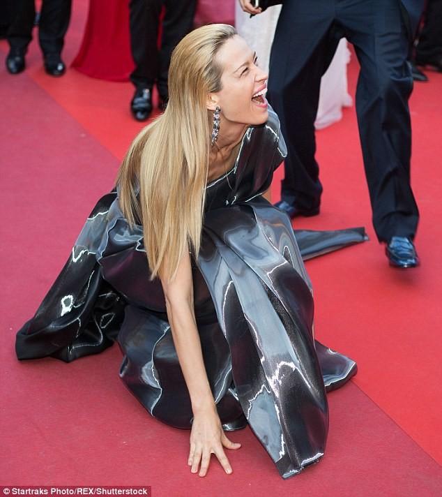 Video: Chân dài Séc 'xoạc cẳng' đo thảm đỏ Cannes - ảnh 1