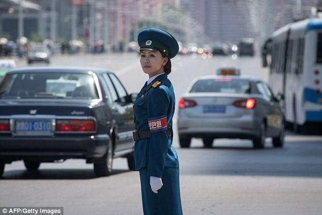 Nữ CSGT Triều Tiên: Xinh đẹp, độc thân và phải về hưu ở tuổi 26 - ảnh 1