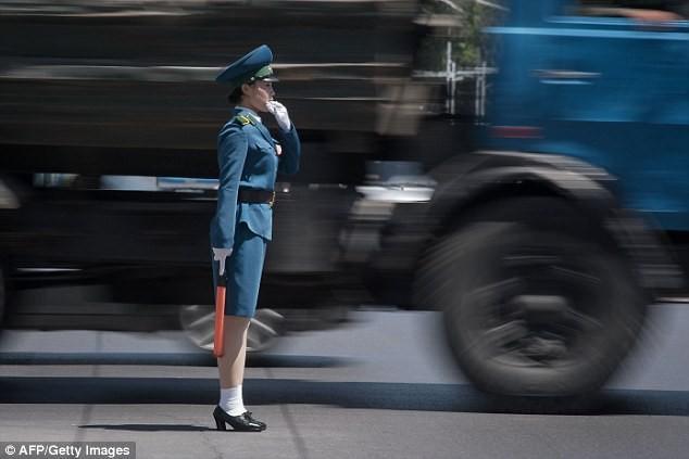 Nữ CSGT Triều Tiên: Xinh đẹp, độc thân và phải về hưu ở tuổi 26 - ảnh 2
