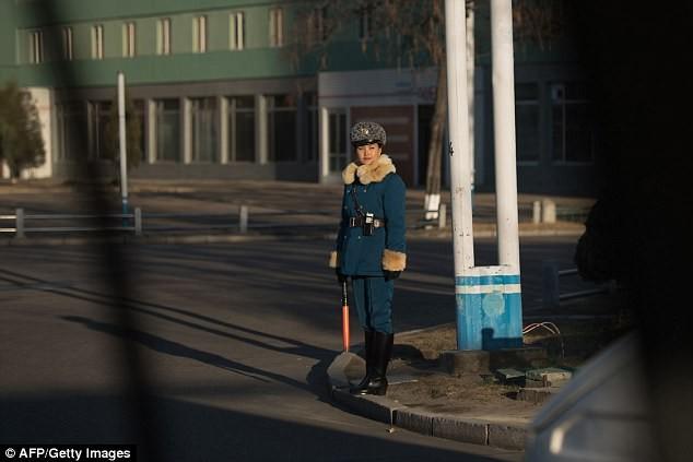 Nữ CSGT Triều Tiên: Xinh đẹp, độc thân và phải về hưu ở tuổi 26 - ảnh 17