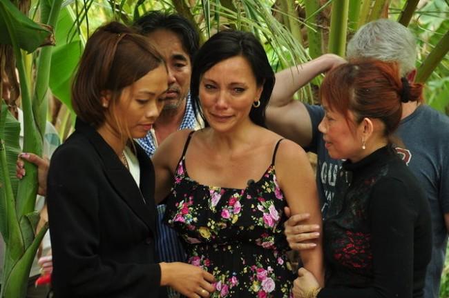 Stacy Thúy (giữa) trong vòng tay họ hàng tại Việt Nam - Ảnh: Đức Hoàng