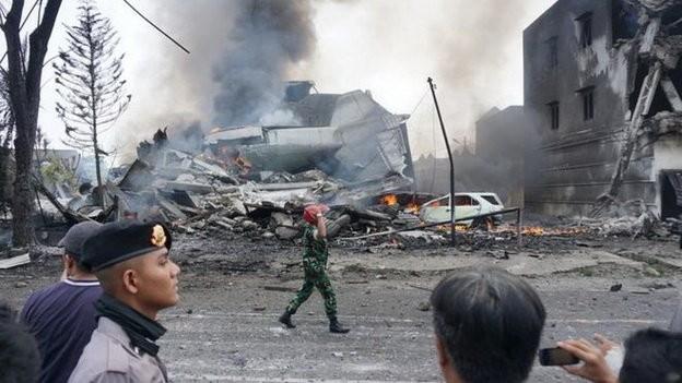 Máy bay Indonesia rơi trúng khách sạn, ít nhất 30 người chết - ảnh 1