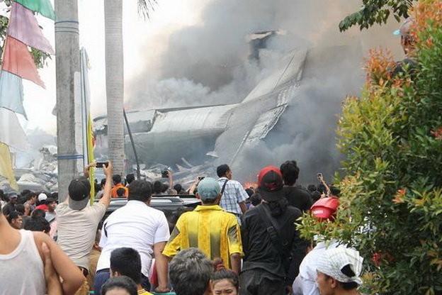 Máy bay Indonesia rơi trúng khách sạn, ít nhất 30 người chết - ảnh 3