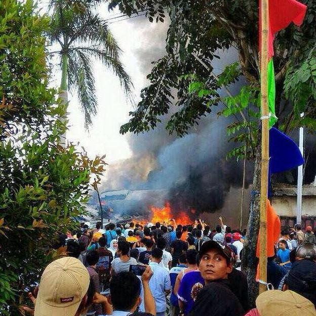 Máy bay Indonesia rơi trúng khách sạn, ít nhất 30 người chết - ảnh 2