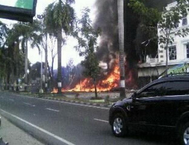 Máy bay Indonesia rơi trúng khách sạn, ít nhất 30 người chết - ảnh 5