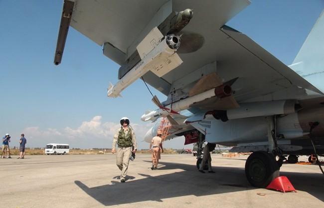 Cận cảnh bom từ máy bay Nga rơi xuống vị trí quân IS - ảnh 2