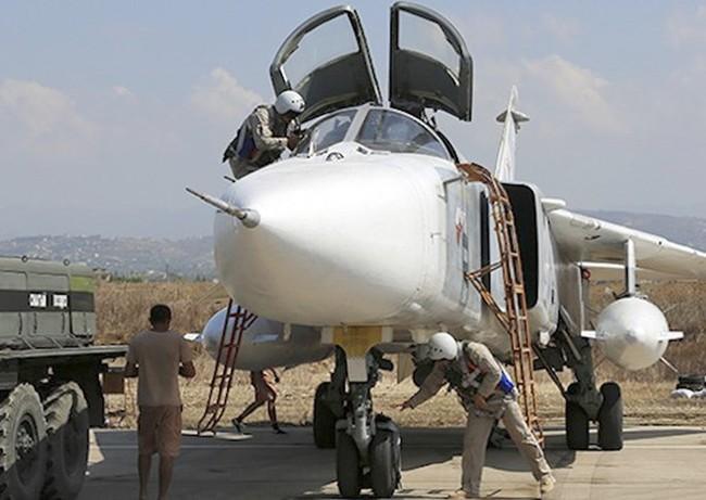Cận cảnh bom từ máy bay Nga rơi xuống vị trí quân IS - ảnh 1