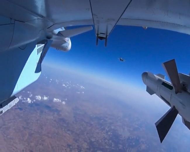 Máy bay Nga đánh sập cầu trên sông Euphrate, quân IS sắp đói - ảnh 1