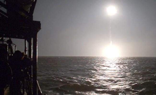 Chùm ảnh tàu ngầm hạt nhân Nga phóng tên lửa Bulava - ảnh 8