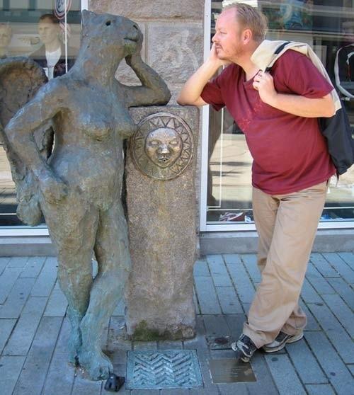 Những bức tượng khiến bạn... không thể nhịn cười - ảnh 7