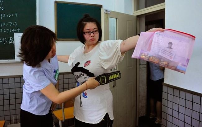 Công nghệ siêu quay bài trong kỳ thi đại học Trung Quốc - ảnh 1