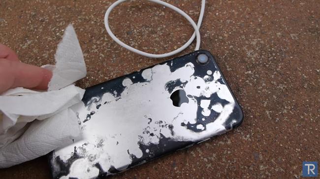 Hãi hùng iPhone 7 'hấp hối' trong axit siêu mạnh ảnh 5