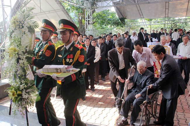 Hàng nghìn người dân viếng ông Bá Thanh - ảnh 4