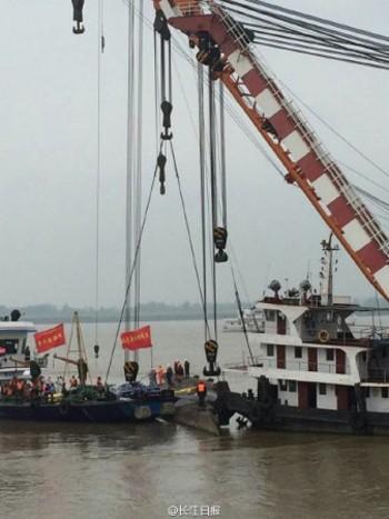 Trung Quốc lật ngược tàu chìm tìm nạn nhân - ảnh 1