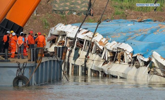 Trung Quốc nâng tàu chìm trên sông Trường Giang - ảnh 1