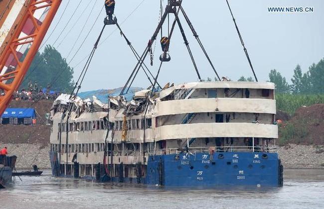 Trung Quốc nâng tàu chìm trên sông Trường Giang - ảnh 3