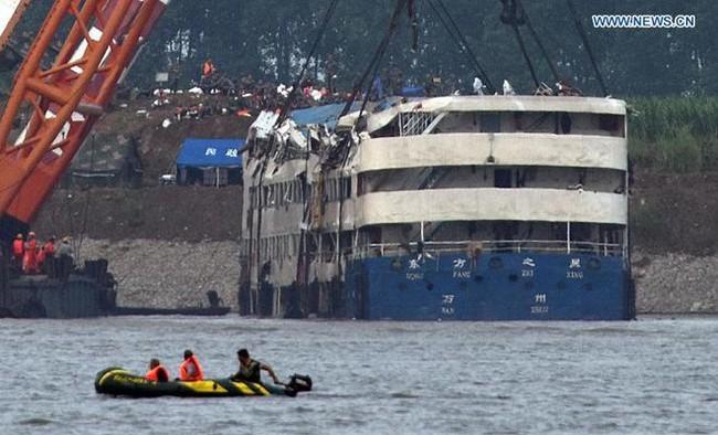 Trung Quốc nâng tàu chìm trên sông Trường Giang - ảnh 5