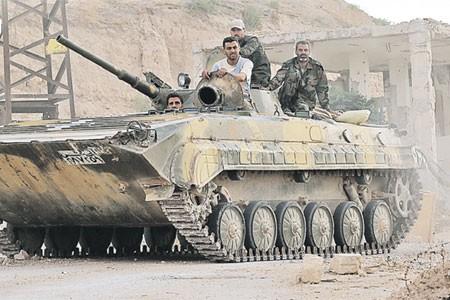 Dưới hỏa lực Nga - Bộ binh, xe tăng Syria giành từng mét đất từ tay khủng bố - ảnh 2