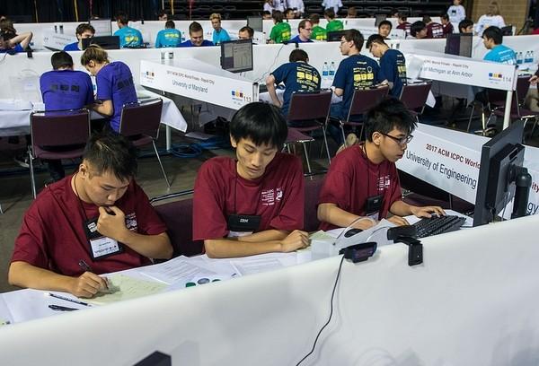Đội tuyển Linux, Đại học Công nghệ - Đại học Quốc gia Hà Nội đang làm bài thi