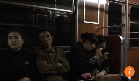 hanh khach di tau dien ngam o binh nhuong su dung smart phone nhu o cac thanh pho lon khac tren the gioi