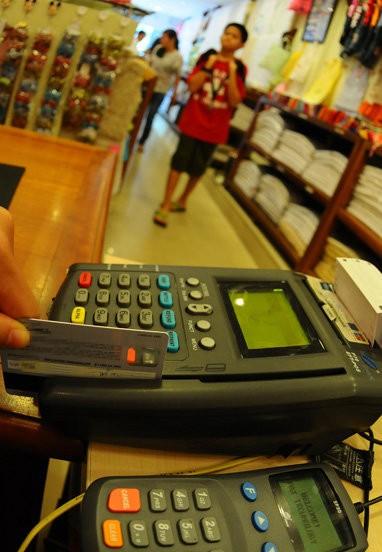 Tá hỏa vì không xài mà thẻ tín dụng vẫn bị trừ tiền  - ảnh 1